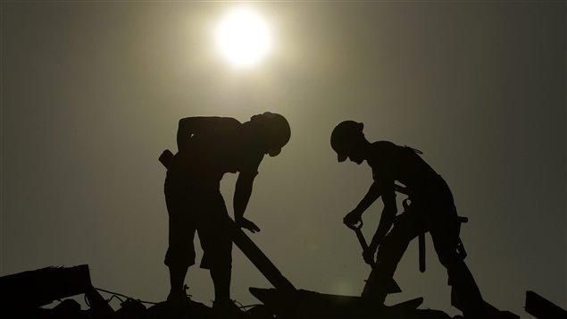 Travaileurs de la construction sous le soleil