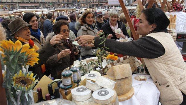 Des Italiens au marché de Sienne, en Toscane.