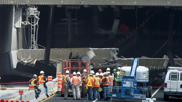 Des ingénieurs aux abords du tunnel Viger, le 1er août 2011
