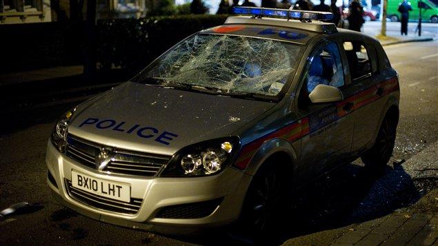 Une voiture de police attaquée dans le quartier de Tottenham à Londres.