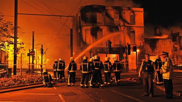 Les pompiers tentent d'éteindre un incendie dans le quartier de Croydon.