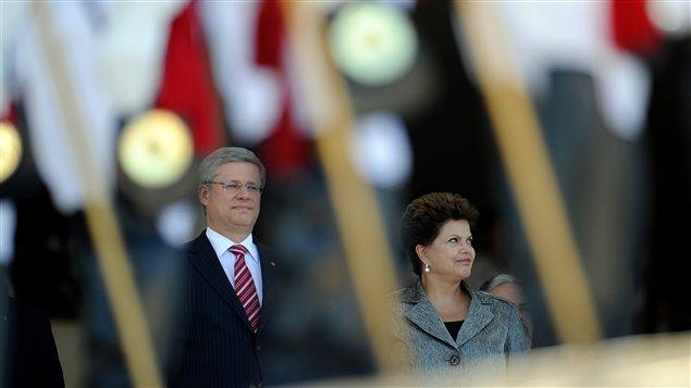 Le premier ministre du Canada, Stephen Harper, et la présidente du Brésil, Dilma Rousseff, au cours d'une cérémonie à Brasilia