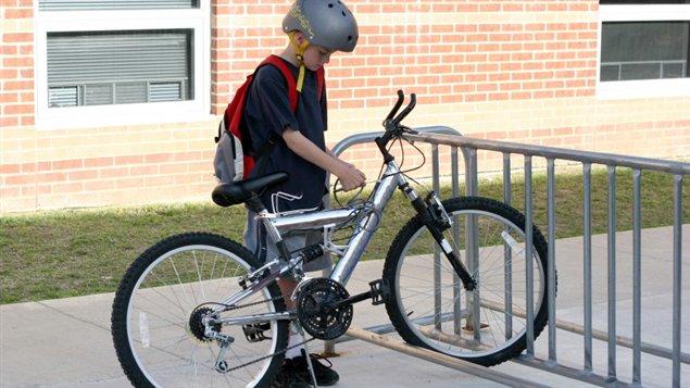 Un enfant et son vélo à l'école