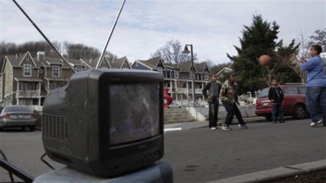 Un poste de télé avec des antennes