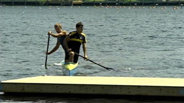 Deux hommes à bord d'un kayak