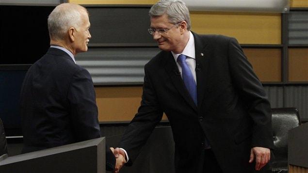 Jack Layton et Stephen Harper se serrent la main après le débat en langue française du 13 avril.