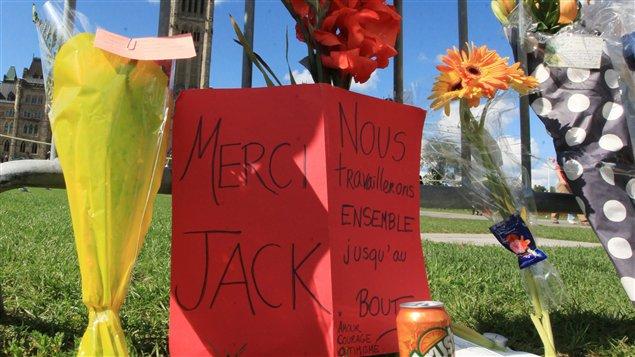 Des fleurs sont déposées en face du parlement à la mémoire de Jack Layton
