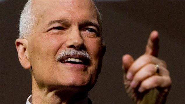 Jack Layton à la moustache grisonnante pointe du doigt