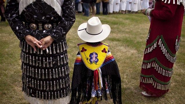 Un enfant autochtone porte un vêtement traditionnel lors de la Journée nationale des Autochtones le 22 juin 2011.