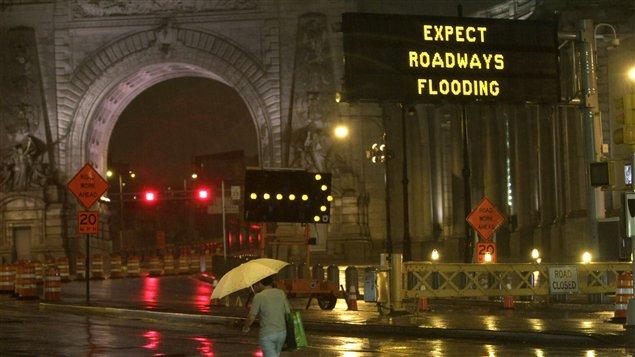 Un piéton devant le pont de Manhattan, à New York