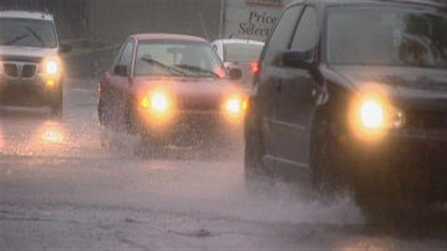 La circulation automobile se faisait dans d'immenses flaques d'eau à Sherbrooke.