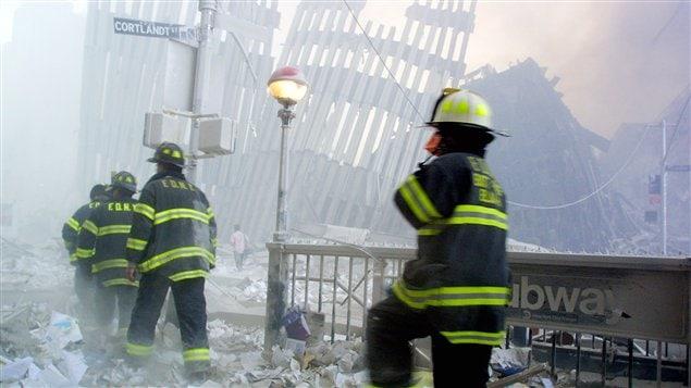 Des pompiers se dirigent vers le site du ground zero suite à l'effondrement des tours jumelles le 11 septembre 2001.