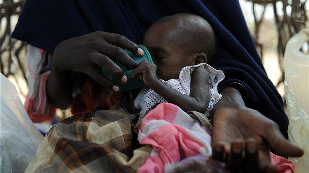 Une mère nourrit son enfant souffrant de malnutrition dans un camp de réfugié à Doolow.