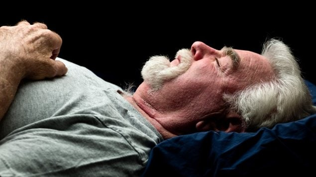 Un homme dort