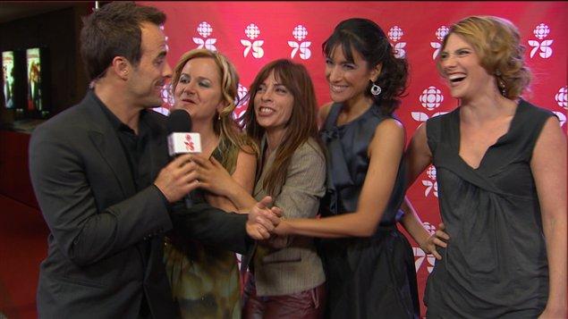 Sébastien Benoît avec les actrices de l'émission La Galère