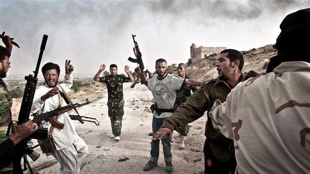 Des rebelles encerclent des combattants pro-Kadhafi en Libye
