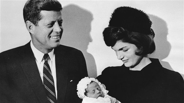 John F. Kennedy et sa femme Jackie lors du baptême de leur fils John (10 décembre 1960)