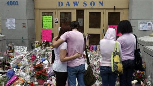 Des élèves se recueillant après la tragédie de Dawson en 2009.