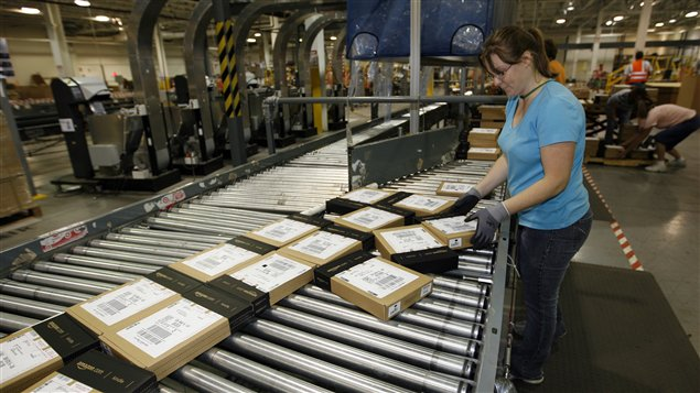 Employée d'Amazon dans un entrepôt américain de l'entreprise