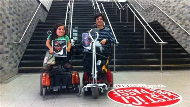 Des personnes en fauteuil roulant sensibilisent le voyageurs aux problèmes d'accessibilité.