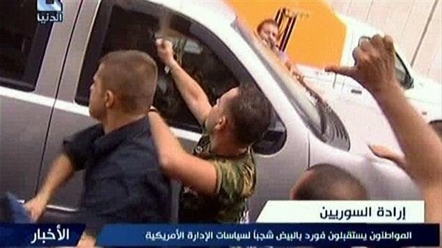 « Des Syriens accueillent M. Ford avec des oeufs pour manifester contre les politiques américaines. »