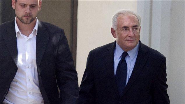 Dominique Strauss-Kahn quitte les locaux de la brigade de répression de la délinquance à la personne, le 29 septembre.