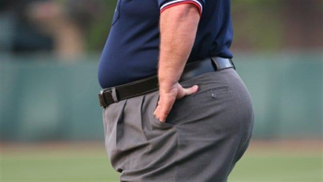 Un homme avec un surplus de poids