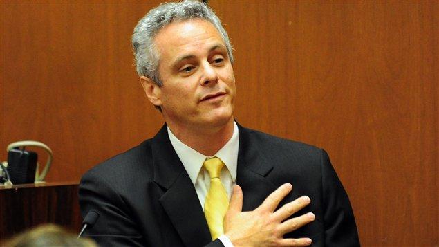 Le cardiologue Alon Steinberg témoigne lors du procès du Dr Conrad Murray.