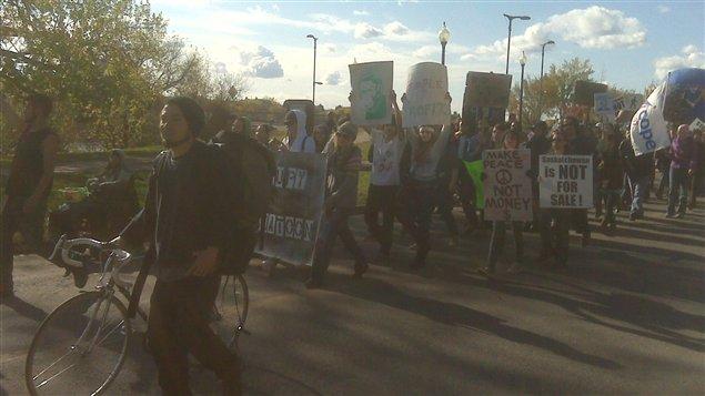 Manifestants en marche Occupons Saskatoon