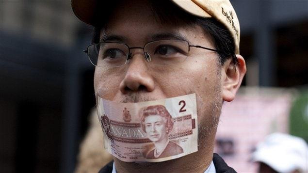 Un manifestant à Toronto