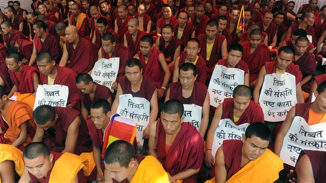 Des Tibétains participent à un sit-in le 18 octobre 2011 afin de dénoncer les règles imposées par la Chine.