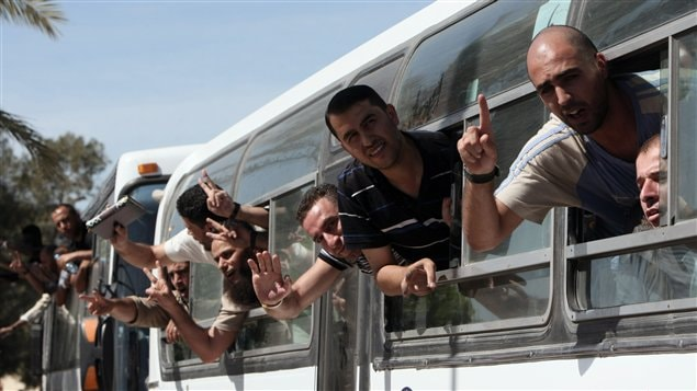 Des prisonniers palestiniens libérés traversent en autobus la frontière entre l'Égypte et la bande de Gaza, le 18 octobre 2011.