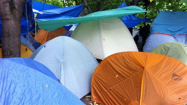 Près de 200 tentes sont installées sur le square Victoria, à Montréal. (20 octobre 2011)