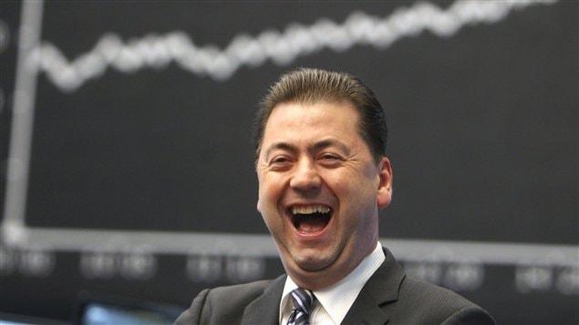 Courtier souriant après une journée de hausse sur les marchés.