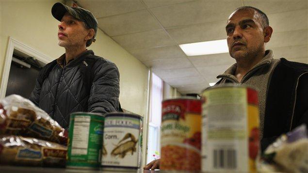 Des Américains reçoivent de l'aide alimentaire dans une église de Reading, en Pennsylvanie.