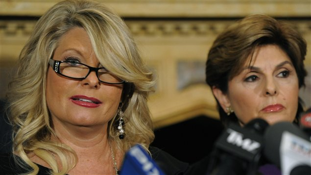 Sharon Bialek aux côtés de son avocate, Gloria Allred