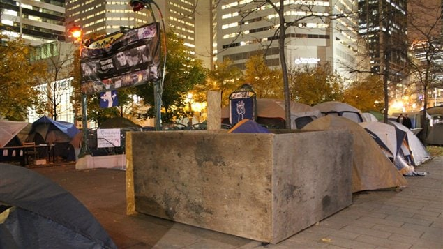 Installation d'indignés au square Victoria, à Montréal