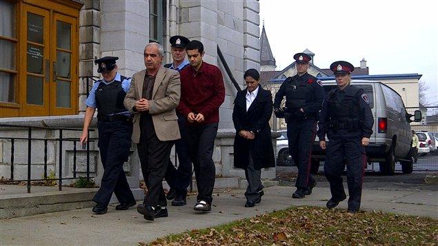 Mohammad Shafia, son fils Hamed et sa deuxième femme, Tooba Yahya, los d eleur arrivée au palais de justice de Kingston mardi.
