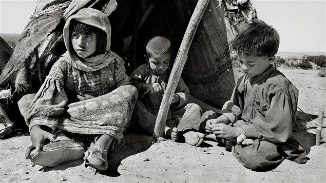 La petite afghane Mah Bibi, en compagnie des ses frères