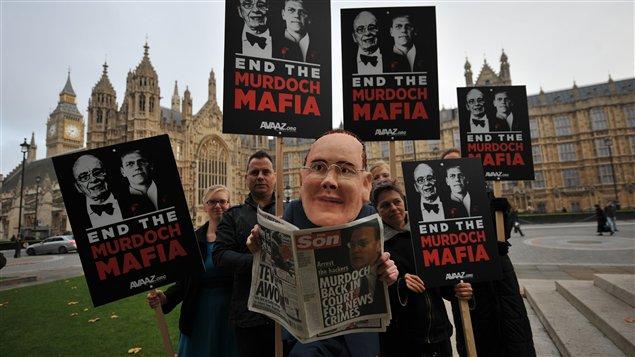 Des opposants au groupe Murdoch, devant le parlement britannique.