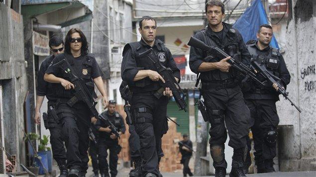 Policiers brésiliens patrouillant dans la favela de la Rocinha.