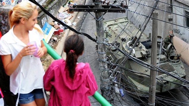 Des habitants de la favela observant les militaires.
