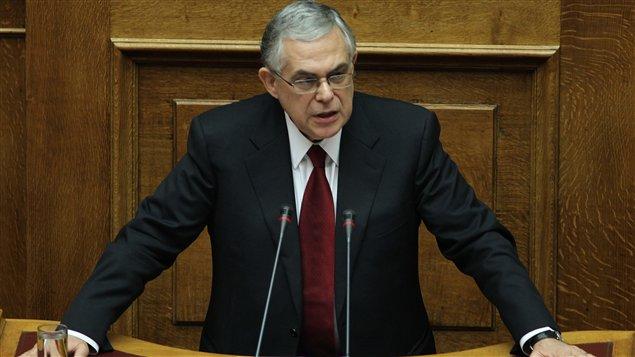 Le nouveau premier ministre grec, Lucas Papademos, s'adresse au Parlement, lundi.