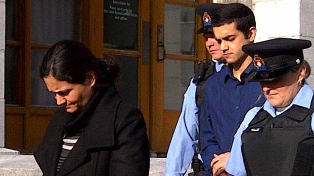 Tooba Yahya et son fils, Hamed, lors de leur arrivée au palais de justice de Kingston, le 14 novembre.