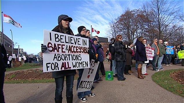 Des militants pro-vie et pro-choix manifestent à l'Île-du-Prince-Édouard.