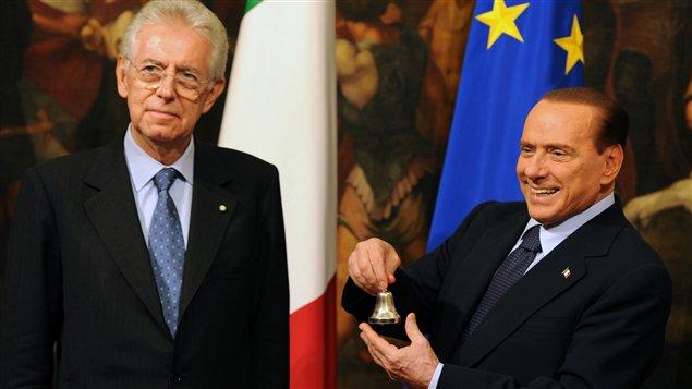 Le président du Conseil italien, Mario Monti, et son prédécesseur, Silvio Berlusconi.