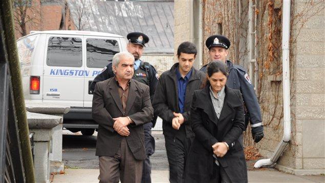 Mohammad Shafia, son fils Hamed et sa deuxième femme Tooba Yahya à leur arrivée au palais de justice de Kingston, le 28novembre