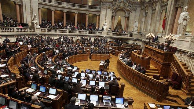Les députés portugais applaudissent lors de l'adoption du budget au Parlement mercredi, à Lisbonne.