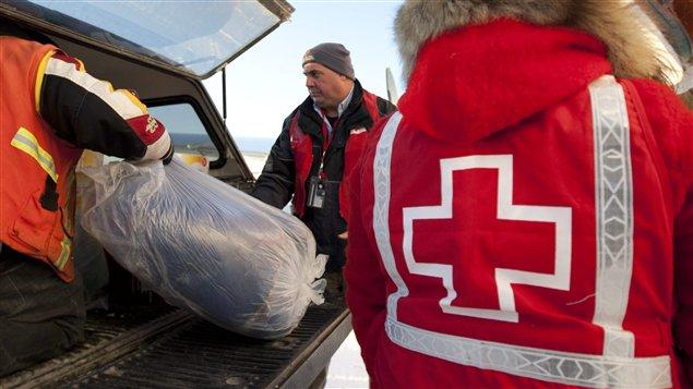 La Croix rouge distribue des sacs de couchage à Attawapiskat