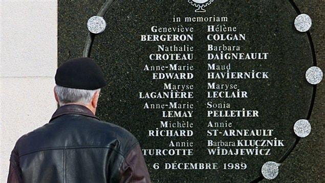 Un homme rend hommage aux victimes du massacre au monument de la tuerie de l'École polytechnique de Montréal (archives).